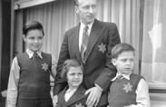 משפחה יהודית עם סמל המגן דוד (תצלום: מוזיאון השואה בוואשינגטון)