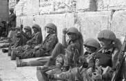 """חיילי צה""""ל בכותל המערבי, 1967 (תצלום: ארכיון צה""""ל)"""